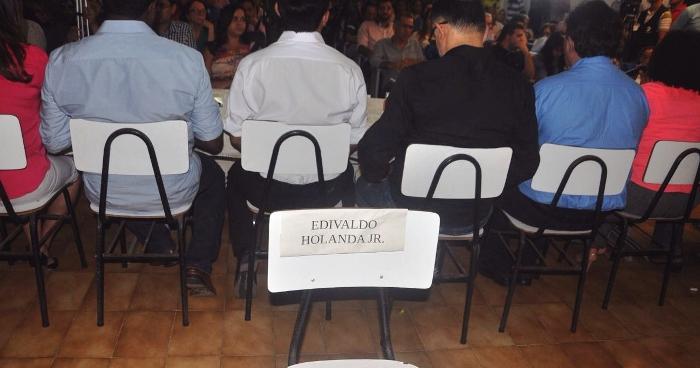 A cadeira vazia de Edivaldo Júnior ficou escondida atrás dos adversários...