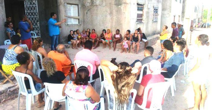 Carioca fala a comunitários de prédios em construção, e recebe atenção dos presentes