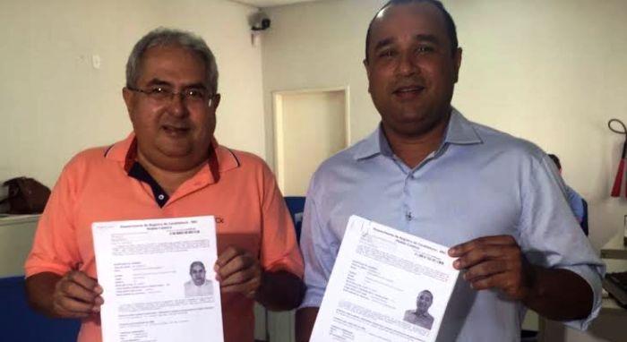 Costa com seu vice exibem os documentos da Justiça Eleitoral
