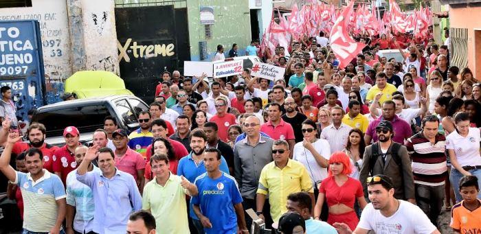 """Edivaldo e sua """"multidão"""" nas ruas do bairro Areinha"""