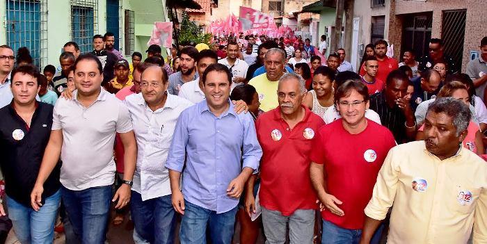 ...Mas algumas figuras, como os vereadores Pavão Filho e Pedro Lucas (ainda que escondidinho lá atrás) continuam onipresente nas caminhadas, seja em que bairro for