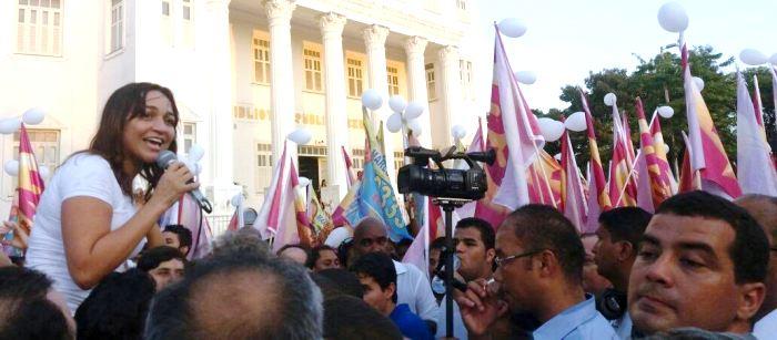 Eliziane é carregada pelo público que foi á Praça Deodoro, no ato público ao final da caminhada...