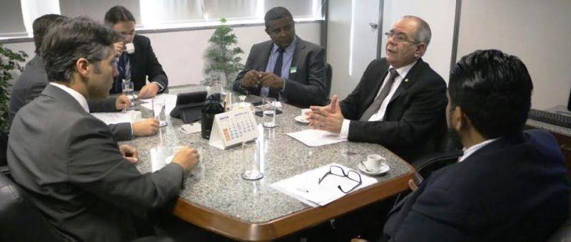 Ao lado de Fábio Câmara, Hildo Rocha conversa com dirigente do INSS