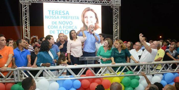 Hildo Rocha conclamando a população a apoiar Teresa