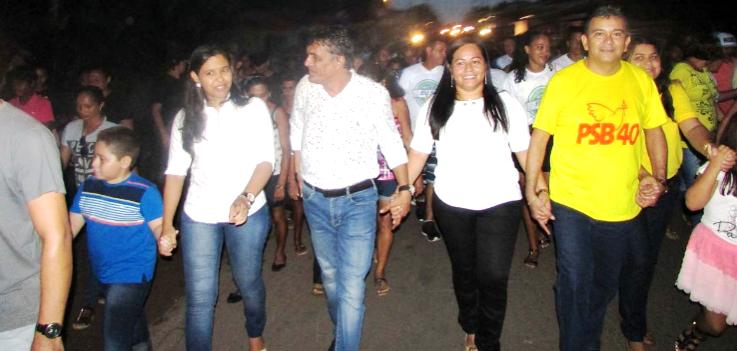 J´[unior com seus candidatos caminhando pelas ruas de Cururupu