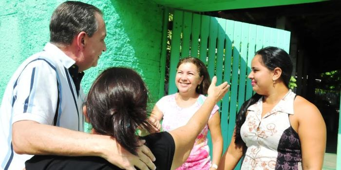 Luis Fernando com moradoras nas ruas de Ribamar...