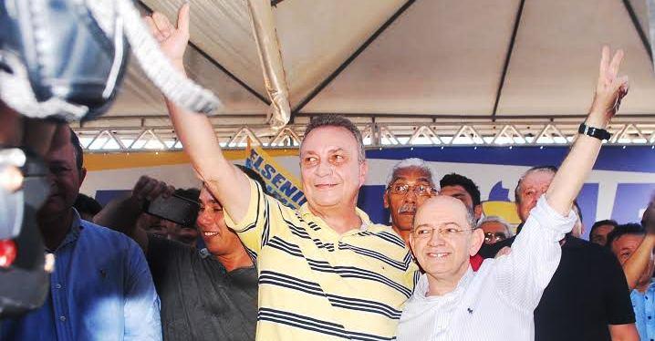 Luis Fernando com o vice, Eudes Alencar, observados por diversas lideranças...