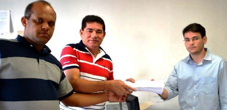Alan e seu vice entregam documentos ao chefe do Cartório Eleitoral de Bacabeira