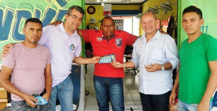 Marcial com eleitores nas comunidades, entregando material de campanha...
