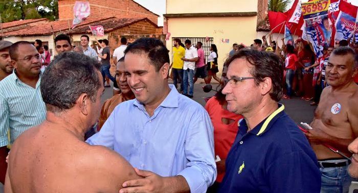 As fotos da assessoria do prefeito não mostram o tumulto, mas Ediovaldo e o vice conversando com homens sem camisa...