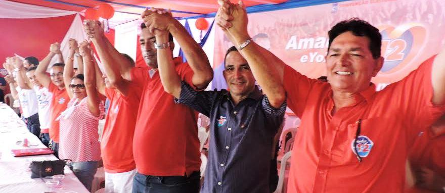 Amaury com ses parceiros de campanha cumprimentando o público