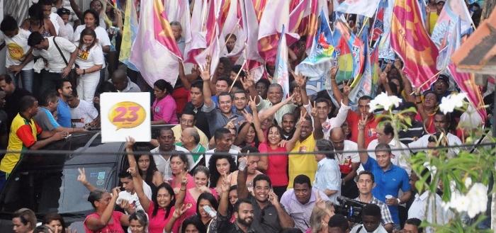 Candidata é literalmente engolida pela multidão que se formou na região do Lira