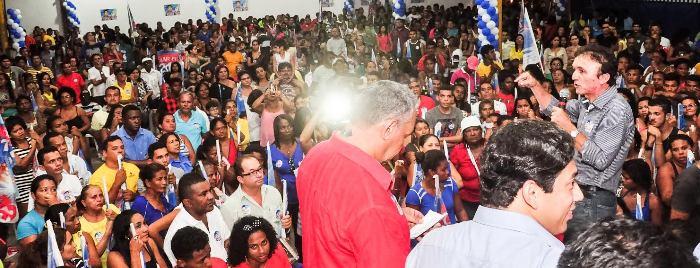 O vereador observa o discurso do pedetista Pádua Nazareno, que está em sua campanha