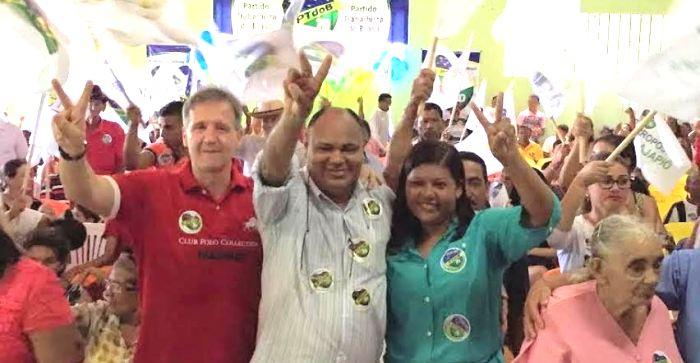 O candidato com seu aliado Aluísio: força política