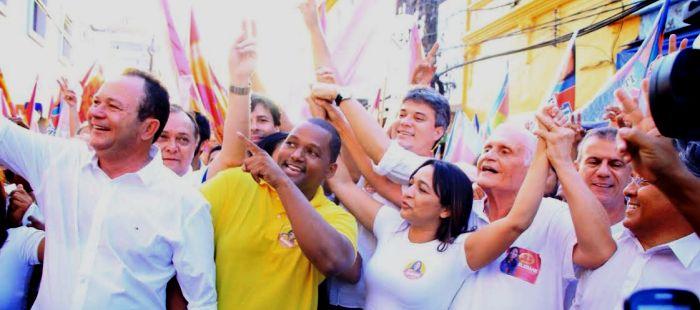 Na concentração, com Carlos Brandão, Neto Evangelista e o vice, José Joaquim: aceno par ao povo