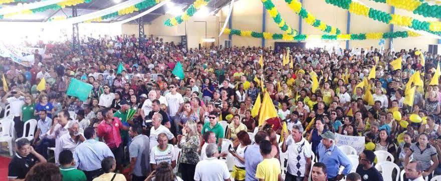 ...E a multidão que foi até o local do evento para prestigiar a coligação