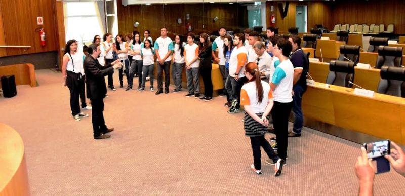 Verde fala ao estudantes sobre o funcionamento da Assembleia Legislativa