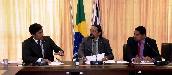 Júnior Verde ouve o presidente do Procon, Duarte Júnior...