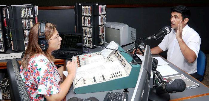 Wellington fala à jornalistta Gisa Franco, na Universidade FM