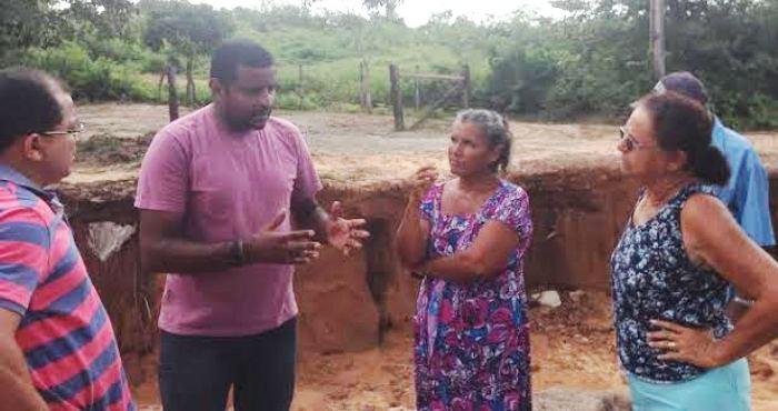 Fábio com o secretário de Obras na Zona Rural: benefício para os que mais precisam