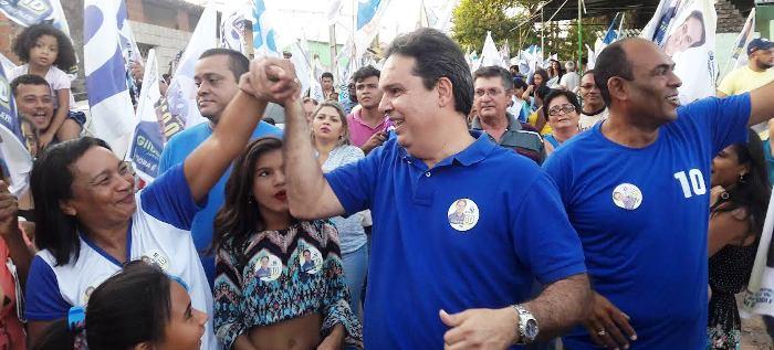 Aroso cumprimenta eleitora do Maiobão: apoio popular