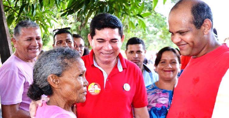 O prefeito e seu vice conversam com eleitores