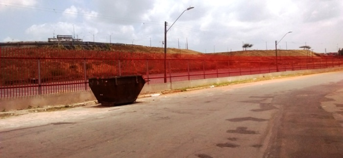 Apologia ao comunismo: a cerca vermelha que agora isola o Castelão...