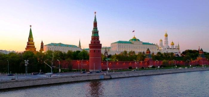 ...E a cerca que isola o Kremlin, símbolom do poder autoritário da ex-União Soviética