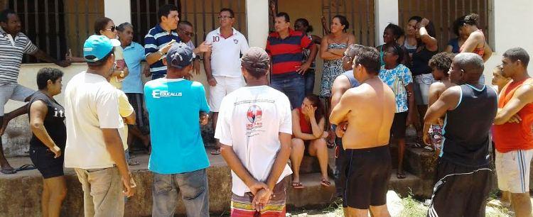Ciro conversa com moradores em comunidades visitadas por ele...