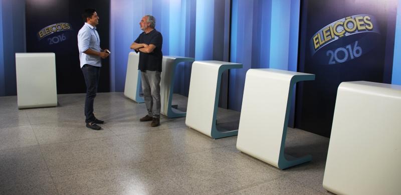 O jornalista Tonico Ferreira conversa com Macau em meio às cinco bancadas já garantidas para o debate na TV Mirante