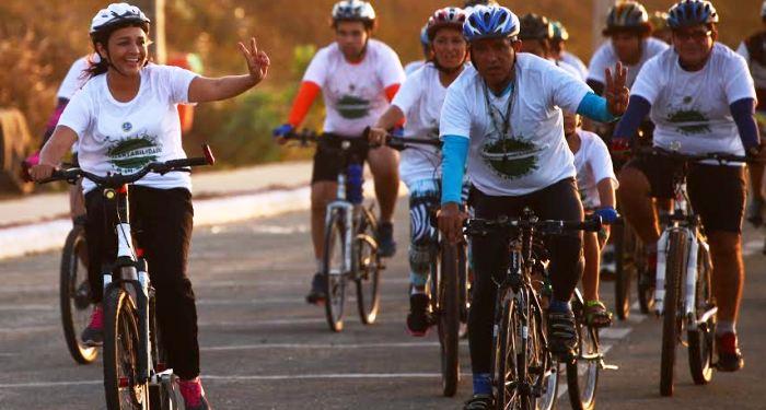 Eliziane passeou com os ciclistas pela orla...