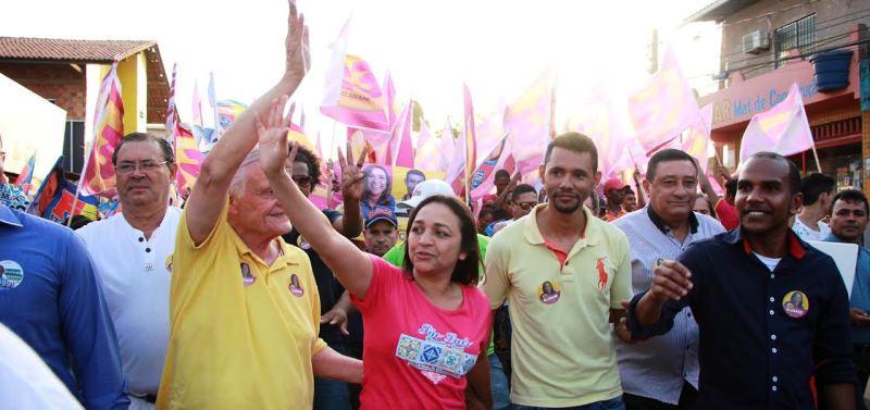 Com as lideranças da coligação, Eliziane percorreu as ruas do bairro...