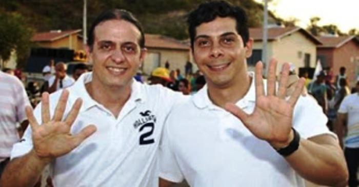 Fábio e Paulinho fazem o gesto-símbolo da campanha, numa alusão ao número do candidato
