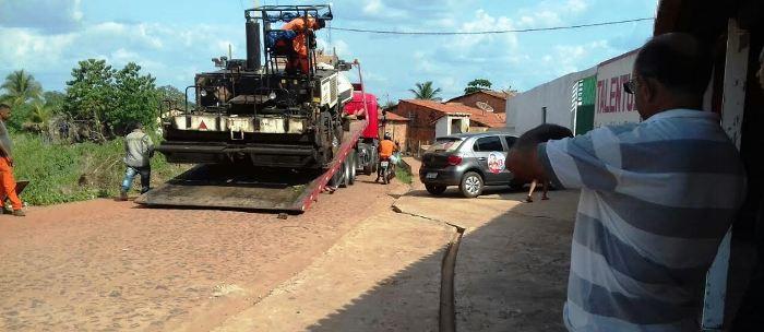 O asfalto em Coroatá, sendo colocado sem nenhuma preparação da rua...