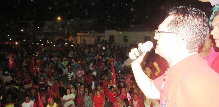 Amaury discursa para o povo em Mirinzal