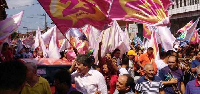 Moradores fizeram a festa na passagem da candidata
