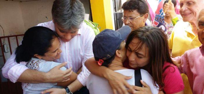Eliziane é abraçada com carinho pelos moradores do São Francisco