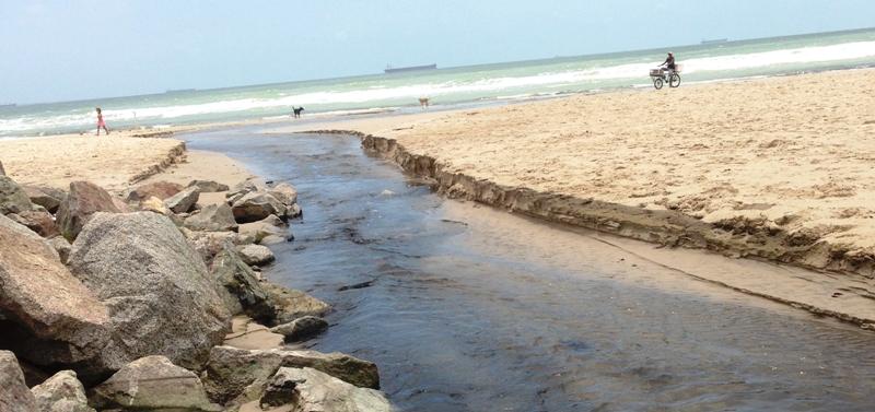 O esgoto é fruto de estouro da estação, dias após Flávio Dino anunciar que as praias estavam próprias