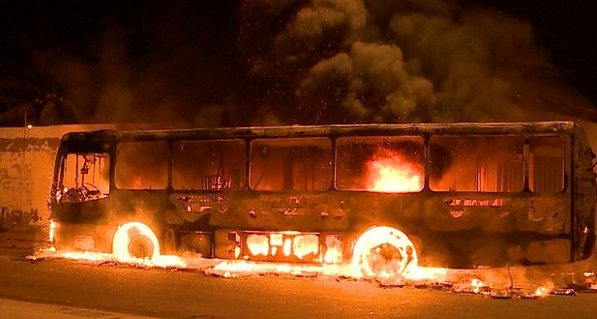 ônibus ardendo na noite de São Luís: barbárie