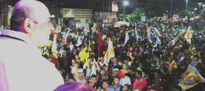 Candidato observa a multidão reunida em seu comício