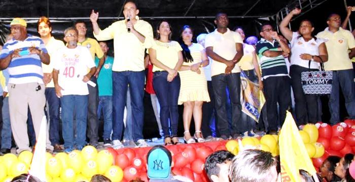 O prefeito empolga-se com o discurso em frente aos eleitores do município