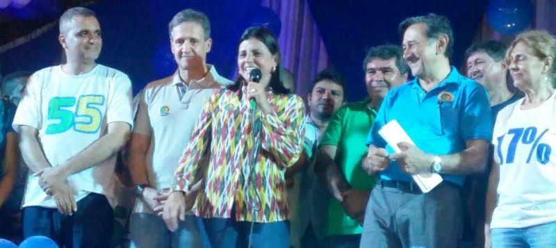 Entre José Eider, Aluisio e Antonio Carlos, Roseana discursa ao povo de Colinas