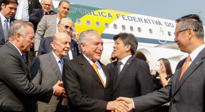 Temer desembarcando na China: R$ 10 bilhões para o Maranhão, que Dino queria faturar...
