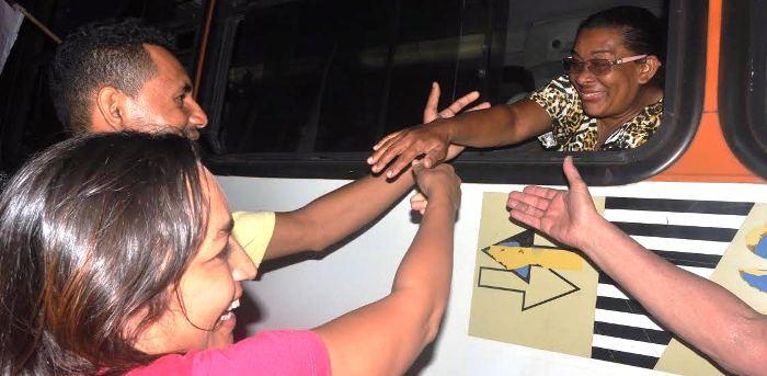 Até quem passava nos ônibus fazia questão de cumprimentar a candidata