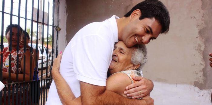 Mais sofridos, os mais idosos dão os abraços mais calorosos no candidato: esperança..