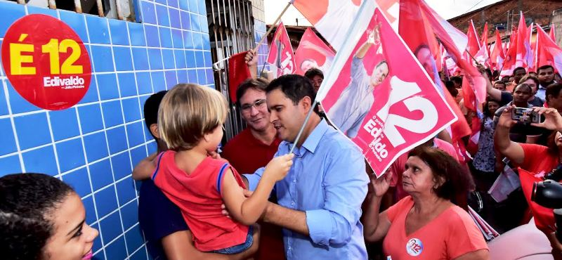 Edivaldo conversa com eleitor que carrega o filho no braço; segunda passagem em dois dias pelo São Bernardo