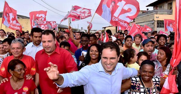 Prefeito cercado por eleitores na Vila Passos