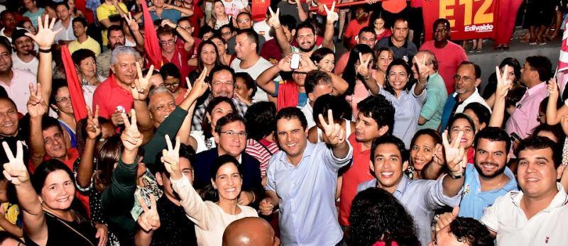 Edivaldo em festa pela vitópria no primeiro turno; agora ´uma nova eleição