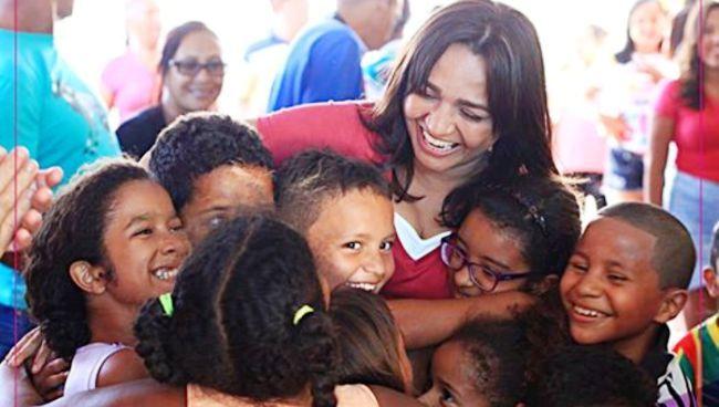 Eliziane Gama com os pequeninos: homenagem