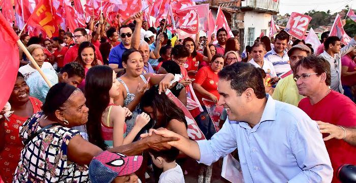 Edivaldo cumprimenta eleitores na Mauro Fecury